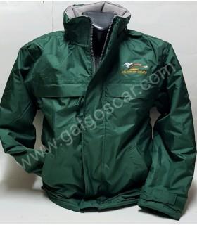 Parka chaquetón  caballero verde, bordado logo galgo y liebre. Impermeable con forro abrigo interior.